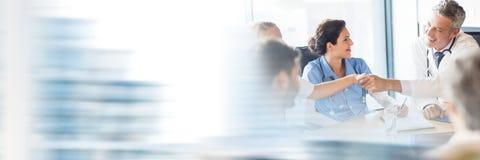 开的医生与转折作用的一次会议 免版税图库摄影