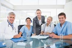 开的医生和的女实业家队会议 免版税图库摄影