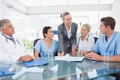 开的医生和的女实业家队会议 免版税库存图片