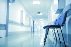 离开的医院走廊,延长等待的概念 图库摄影