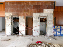 离开的Saladi海滩胜地遗骸在伯罗奔尼撒 免版税库存照片
