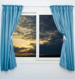 开窗口云彩太阳 免版税库存照片