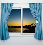 开窗口向海 免版税图库摄影