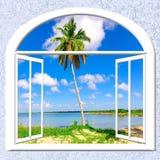 开窗口向海 免版税库存照片
