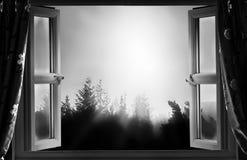 开窗口在黑白的晚上 免版税库存图片