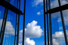 开窗口或面对云彩的房屋结构 免版税库存照片
