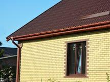 开窗口砖房子外部 开窗口在农村房子里 免版税图库摄影
