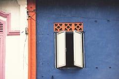 开窗口蓝色墙壁 库存照片