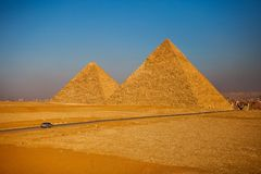 开罗两座金字塔日落的 库存图片
