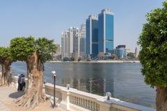 开罗从埃及和圣里吉斯旅馆,埃及国家银行尼罗省俯视的总店的市视图  免版税库存图片