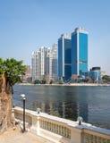 开罗从埃及和圣里吉斯旅馆,埃及国家银行尼罗省俯视的总店的市视图  图库摄影