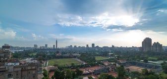 开罗地平线和太阳光芒 免版税库存照片