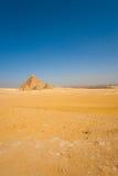 开罗沙漠前面浩大金字塔的狮身人面象 免版税库存照片