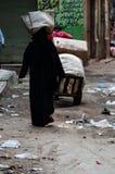 开罗街道的一名妇女  免版税库存照片