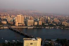 开罗鸟瞰图和在日落期间的尼罗在埃及在非洲 免版税库存图片