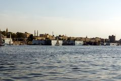 开罗,埃及2017年2月18日:一条小船的另一蹲下两位阿拉伯的渔夫特点尼罗河,一用浆划和 库存照片