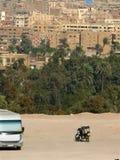 开罗,埃及- 2008年11月9日:公共汽车和一辆摩托车在c附近 库存图片