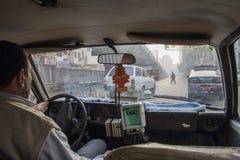 开罗,埃及- 2006年12月21日:在caotic开罗traf的出租汽车乘驾 免版税库存图片