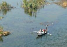 开罗,埃及- 2008年11月9日:小船的,抓住奇怪的人 图库摄影
