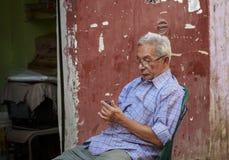 开罗,埃及- 2015年9月26日:未认出的埃及人神色 免版税库存照片