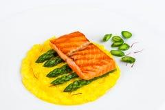 开胃三文鱼盘用意大利煨饭、芦笋和番红花 库存照片