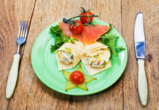 开胃三文鱼鱼和干酪卷 库存图片