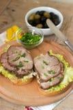 开胃三明治用肉、莴苣和调味汁服务用橄榄 土气样式 库存图片