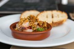 开胃与坚果和大蒜的开胃菜整个虾与辣椒陶瓷碗 库存图片