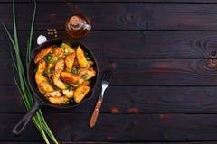 开胃乡下自创饭食 在黑暗的烤土豆 免版税库存图片