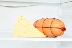 开胃乳酪和香肠在冰箱架子 免版税图库摄影