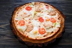 开胃凯撒薄饼用西红柿,烤鸡, l 免版税库存图片