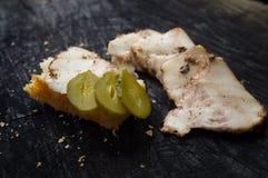 开胃切片becon和三明治在一个黑暗的厨房ta说谎 免版税库存照片