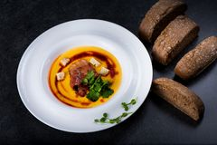 开胃南瓜汤在一块白色板材供食在餐馆 库存图片