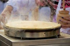开胃可口伟大的薄煎饼在一个欢乐市场油煎了 Sel 库存图片