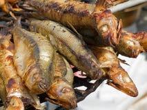 开胃可口油煎的海鲜,在烤肉的鱼烤户外 库存照片