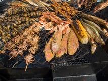 开胃可口油煎的海鲜,鱼,虾,章鱼,在烤肉的淡菜烤户外 库存图片