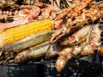 开胃可口油煎的海鲜,鱼,虾,章鱼,在烤肉的淡菜烤户外 免版税库存图片