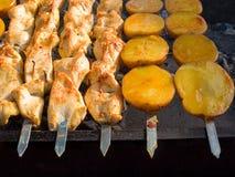 开胃可口油煎的肉和土豆在烤肉烤户外 库存照片