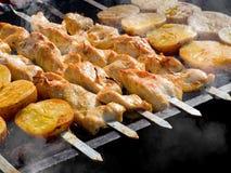 开胃可口油煎的肉和土豆在烤肉烤户外 免版税库存照片