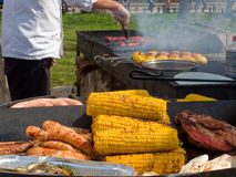 开胃可口油煎的肉和玉米和土豆在烤肉烤户外 免版税库存照片