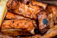 开胃可口猪排用粗糙土豆 图库摄影