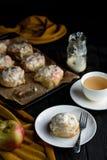 开胃和可口小圆面包用苹果和桂香在选项 免版税库存照片