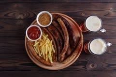 开胃啤酒快餐板材 在桌上的顶视图与烤sau 免版税图库摄影
