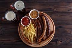 开胃啤酒快餐板材 烤香肠和炸薯条 库存图片
