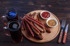 开胃啤酒快餐,肉板材 在桌上的顶视图与格栅 免版税库存照片