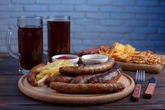 开胃啤酒快餐 烤供食的香肠和炸薯条 免版税库存图片