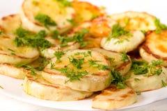 开胃夏南瓜,烤在油和撒布与蔬菜水果商 免版税库存图片