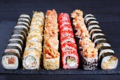 开胃多彩多姿的寿司在黑板岩,特写镜头设置了 传统 库存图片