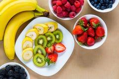 开胃套新鲜水果和成熟莓果 免版税库存照片