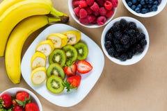 开胃套新鲜水果和成熟莓果 免版税库存图片